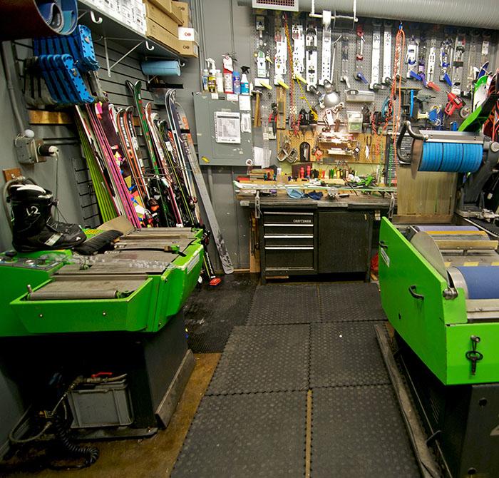 96f7b472c Servis. V našich dvoch kamenných predajniach Vám v prípade potreby ochotne  poskytneme komplexný servis lyží, snowboardov ...
